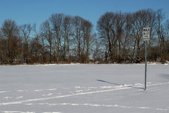 Marchez sur les bicyclettes gauches de revêtement signent avec des empreintes de pas dans la neige Image stock