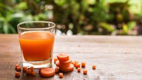 Marchwiany sok, szkła marchwiany sok z warzywami Obraz Stock