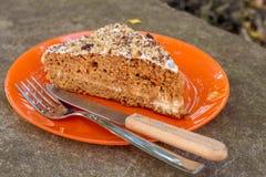 Marchwiany tort na pomarańczowym talerzu Obraz Royalty Free