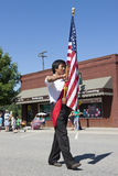 Marciando con la bandiera degli Stati Uniti. Immagini Stock