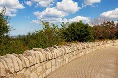 Marciapiede della parete di pietra Fotografie Stock