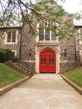 Marciapiede e portelli rossi della chiesa Fotografie Stock