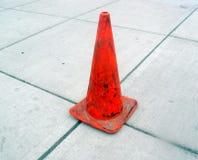 Marciapiede grigio e cono arancione Fotografia Stock Libera da Diritti