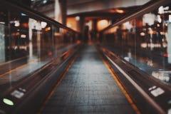 Marciapiede mobile nel centro commerciale Immagine Stock