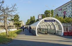 Marciapiede mobile vicino alla stazione ferroviaria Immagini Stock