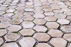 Marciapiede pavimentato mattonelle di esagono con la vista di prospettiva fondo, urbano immagini stock