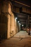 Marciapiede scuro del sottopassaggio del treno della città alla notte Fotografia Stock Libera da Diritti