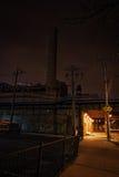 Marciapiede scuro del sottopassaggio del treno della città alla notte Fotografia Stock