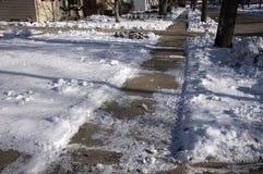 Marciapiede sdrucciolevole e ghiacciato nella città Fotografie Stock Libere da Diritti