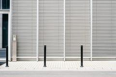Marciapiede vuoto con fondo di costruzione moderno con le veneziane chiuse fotografia stock libera da diritti