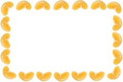 Marco aislado de los segmentos de las mandarinas en el primer blanco del fondo foto de archivo