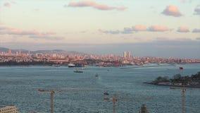 Marco ancho del estrecho de Bosphorus, del puerto marítimo y de los buques de carga en el Bosphorus en la puesta del sol metrajes