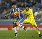 Marco Asensio del RCD Espanyol combatte con Jaume Costa dei CF di Villareal Fotografia Stock