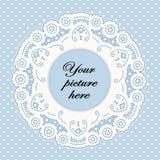 Marco azul en colores pastel del cordón con el fondo del punto de polca Fotos de archivo libres de regalías