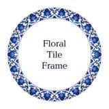 Marco blanco azul oriental del ornamento floral del modelo de la teja Imagen de archivo libre de regalías