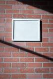 Marco blanco en paisaje rojo de la pared de ladrillo Fotografía de archivo