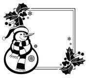 Marco blanco y negro con el muñeco de nieve, las bayas del acebo y los conos divertidos del pino Foto de archivo libre de regalías