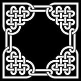 Marco céltico blanco y negro del nudo, hecho de nudos en forma de corazón Imagen de archivo libre de regalías