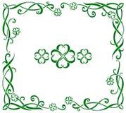 Marco céltico del vector adornado exhausto verde de la mano con los triskels y los tréboles de cuatro hojas libre illustration