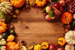 Marco colorido de la caída o del otoño de la fruta y de los veggies Fotos de archivo