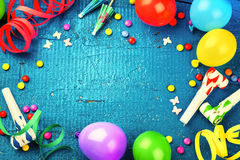 Marco colorido del cumpleaños con los artículos multicolores del partido Nacimiento feliz Fotografía de archivo libre de regalías