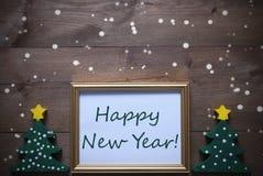 Marco con la Feliz Año Nuevo del árbol de navidad y del texto, copos de nieve Fotografía de archivo libre de regalías