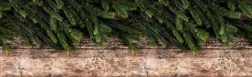 Marco creativo de la disposición hecho de ramas del abeto de la Navidad en fondo de madera imagen de archivo libre de regalías
