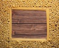 Marco cuadrado de las pastas en fondo de madera rústico Fotografía de archivo libre de regalías