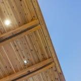 Marco cuadrado el superficie inferior del tejado plano de un edificio con el cielo azul en el fondo fotografía de archivo libre de regalías