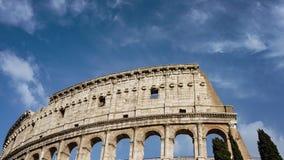 Marco da arquitetura do detalhe do colosseum de Roma no timelapse 4K do centro da cidade com as nuvens de rolamento bonitas video estoque