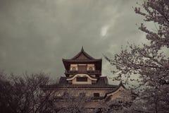 Marco da construção histórica do castelo de Inuyama na mola com beautif Fotografia de Stock Royalty Free