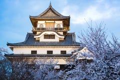 Marco da construção histórica do castelo de Inuyama na mola com beautif Fotos de Stock