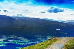Marco da montanha de Noruega com fundo da paisagem da bandeira branca Fotos de Stock Royalty Free