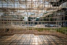 Marco de acero abstracto del arte moderno que da la sombra en parque público en Albania Fotos de archivo