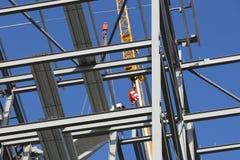 Marco de acero estructural con la grúa imagenes de archivo