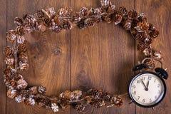 Marco de cadena de la Navidad con el reloj Imagen de archivo libre de regalías