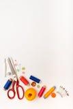Marco de Copyspace con las herramientas y los accesorios de costura Fotos de archivo libres de regalías