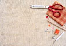 Marco de Copyspace con las herramientas y los accesorios de costura Imagen de archivo libre de regalías