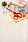 Marco de Copyspace con las herramientas y los accesorios de costura Imagen de archivo