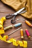 Marco de Copyspace con las herramientas y los accesorios de costura en de madera marrón Imagen de archivo