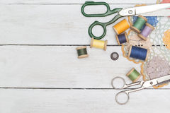 Marco de Copyspace con las herramientas y los accesorios de costura vendimia Foto de archivo libre de regalías