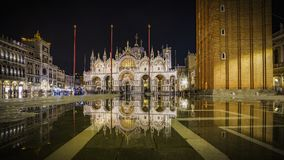 Marco de di san de la basílica en la noche en Venecia, Italia 2 imágenes de archivo libres de regalías