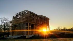 Marco de edificio de madera en el sitio multifamiliar de la construcción de viviendas imagen de archivo