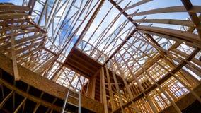 Marco de edificio de madera en el sitio multifamiliar de la construcción de viviendas fotos de archivo libres de regalías
