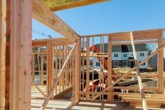 Marco de edificio de madera en la construcción de viviendas multifamiliar imagen de archivo