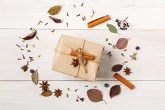 Marco de flores secadas en la madera blanca, visión superior del otoño Imagen de archivo