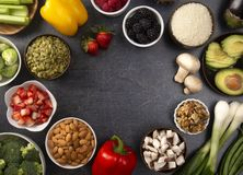 Marco de frutas y verduras frescas y de Protiens no animal una combinación baja perfecta del carburador o del vegano fotos de archivo