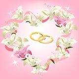 Marco de la boda con las flores y los anillos de bodas Imagen de archivo libre de regalías