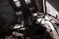 Marco de la cama en un cuarto Trashed Imagenes de archivo