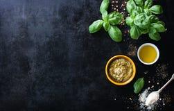 Marco de la comida, fondo italiano de la comida, concepto sano de la comida o ingredientes para cocinar la salsa del pesto en un  Fotos de archivo libres de regalías